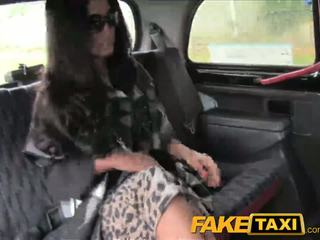 Faketaxi negra haired milf cheats em hubby com taxi driver