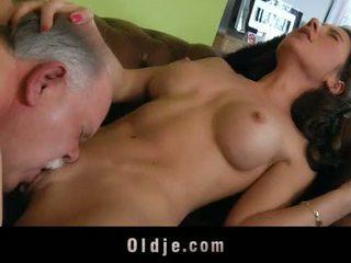 I vjetër butler shërbej seks në e tij spoiled zonjë shefi