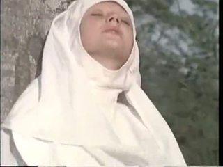 Nuns fan med priest i den woods