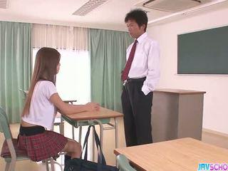 Kimainen aasialaiset koulutyttö suihinotto ja helvetin