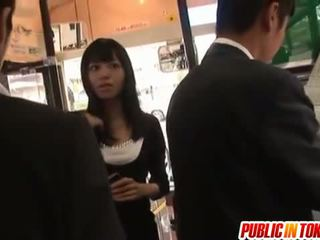 Aino gets pikk av stranger i buss