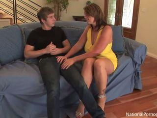 Slutty milf hoe shags com dela jovem lover