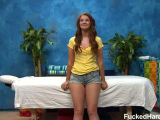 Sexy peliroja recibe masaje