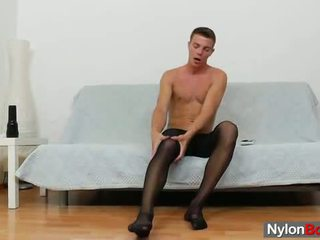 Homofil guy teasing hans kuk i panty-hose