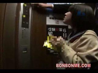 Japonsko šolarka fafanje in zajebal s učitelj v elevato