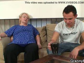 彼 easily seduces 古い おばあちゃん