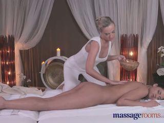 Masáž rooms sexy blondýnka gives černý haired beauty an intense orgasmu