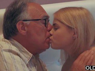 18 yo vajzë puthje dhe fucks të saj hap baba në e tij dhomë gjumi