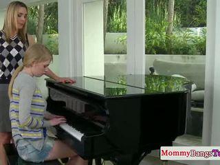 Musical mamãe troca ejaculações com stepteen