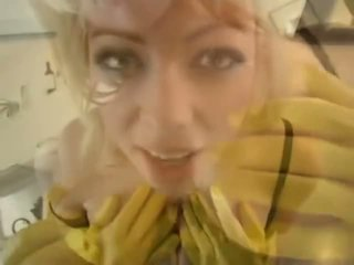 Adrianna nicole σε yellow λάστιχο γάντια - πορνό βίντεο 841