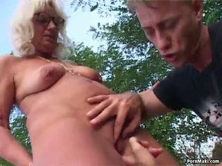 Babcia na zewnątrz seks