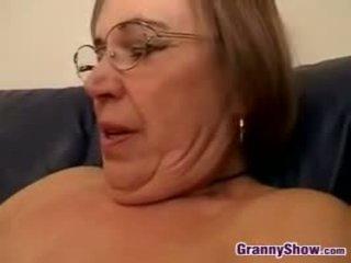 Amateur grootmoeder strips en sucks lul