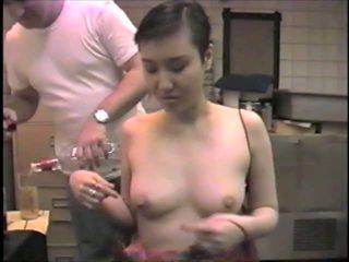 Koreansk ex-model slumming det suging dicks i en bar: porno 2b
