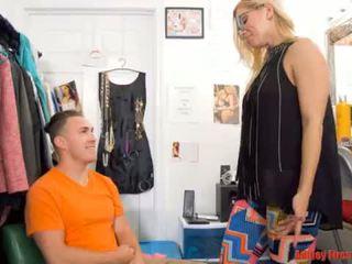 Mamá works en un desvistiéndose discoteca (modern tabú familia)