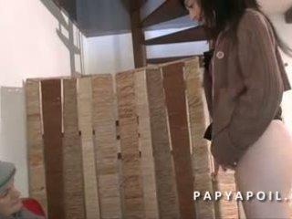 Papy se fait pomper la queue par une jeune निम्फो
