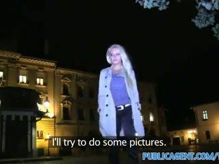 Publicagent heet blondine milf gets geneukt voor cash in een auto
