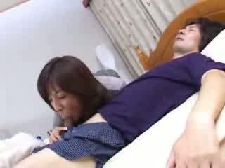 Jaapani emme sneaks sisse husbands sugulane voodi video
