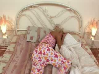 Blondie jerkingoff preč pred a spánok
