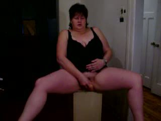 Divorced mature housewife using large Dildo Video