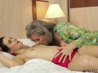 Krūtainas vecmāte loves pievilcīgas pusaudze