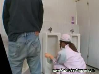 Público broche em o mens quarto de banho