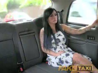 Fake taxi সেক্সি masseuse gets হার্ডকোর উপর গাড়ী bonnet