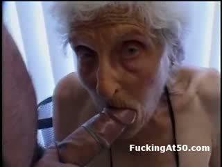 Senile wrinkled perempuan tua gives mengisap penis dan adalah kacau oleh deviant orang aneh