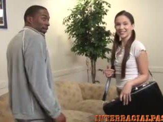 Pequena jovem grávida takes um maciço negra caralho!