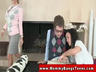Матуся eager для bang немовлята в трійця в її додому