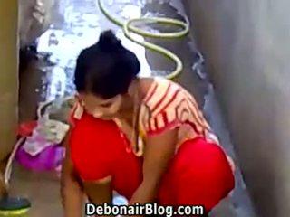 Seksi desi babe washing clothes menunjukkan belahan dada ca