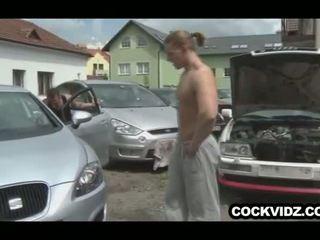 Mechanic ir klientas šūdas outdoors