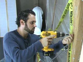 Construction arbetare takes en paus till beat off