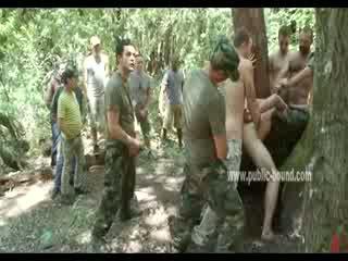 Hunk yra sudėti žemyn iki keletas men į uniforma has jo burna covered, jo didelis varpa tortured ir sucked
