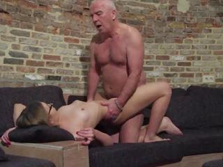Vieux et jeune porno - grand-père fucks ado chatte fingers son twat et éjac