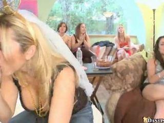 Облечена жена гол мъж парти хардкор