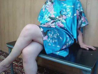 Pieauguša palaistuve ar matainas vāvere masturbates par tabula