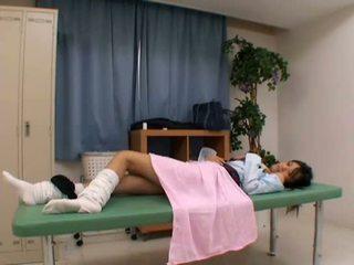 Pervertida médico uses jovem paciente