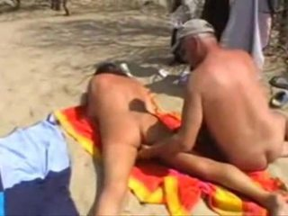 Michel steuve desnudo en la playa