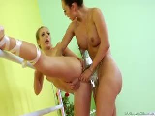 Two bailarina are doing alguns lésbica strap-on anal a foder
