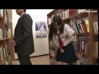 เด็กนักเรียนหญิง เจาะ โดย ห้องสมุด geek 12