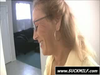 Mama în ochelari gives muie pe the recamier