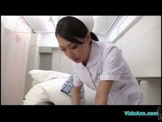 Meditsiiniõde giving suhuvõtmine jaoks patsient edasi the hospitals voodi
