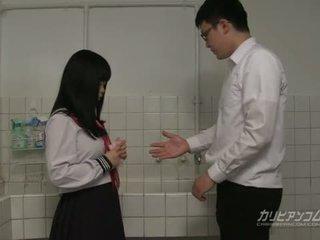 Innocent sekolah gadis gives blowjobs dan tangan pekerjaan untuk extra kredit