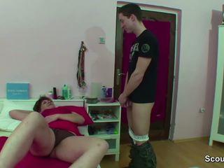 Maminka chycený němec chlapec škubání kdy wake nahoru a dostat souložit