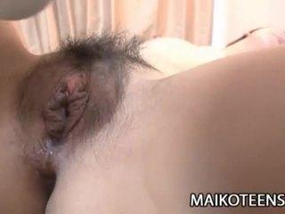 Frekk japansk tenåring yuma yoneyama opens hårete fitte til knulling