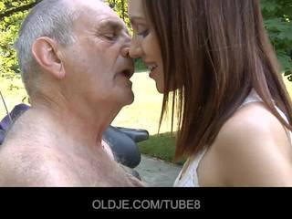 Giovane russo ragazza rides davvero vecchio uomo