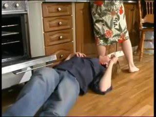 रशियन मोम और एक युवा plumber