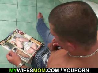Busty maminka a son-in-law chycený v koupelna