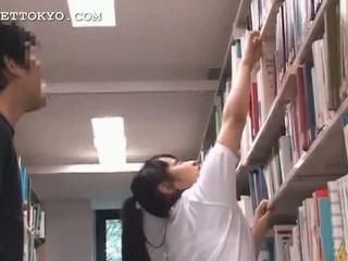 Roztomilý asijské dospívající dívka teased v the školní