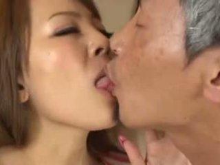 Cycate azjatyckie having an stary człowiek ssanie jej piersi